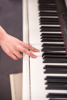 Nahansicht. hand des menschen spielt klavier.