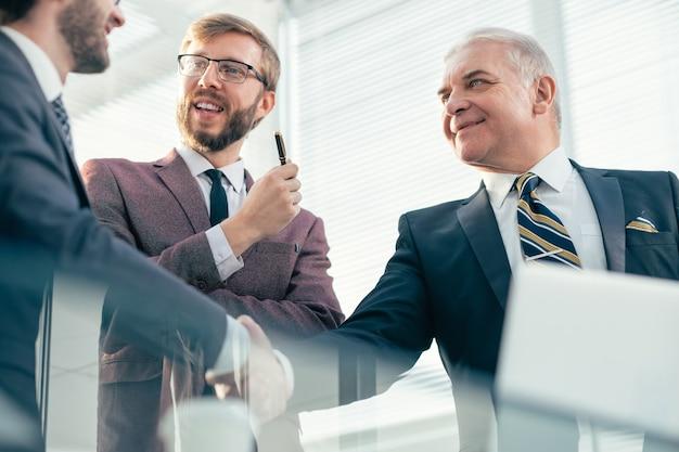 Nahansicht. handschlag von geschäftspartnern im büro. konzept der zusammenarbeit