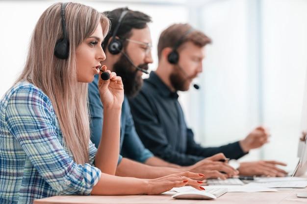 Nahansicht. junger callcenter-mitarbeiter am arbeitsplatz.