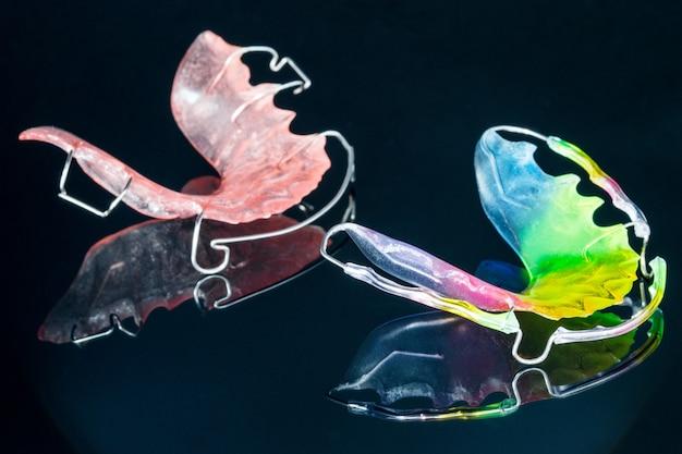 Nahansicht; kieferorthopädische vorrichtung und zahnmedizinische werkzeuge der zahnmedizinischen halterung
