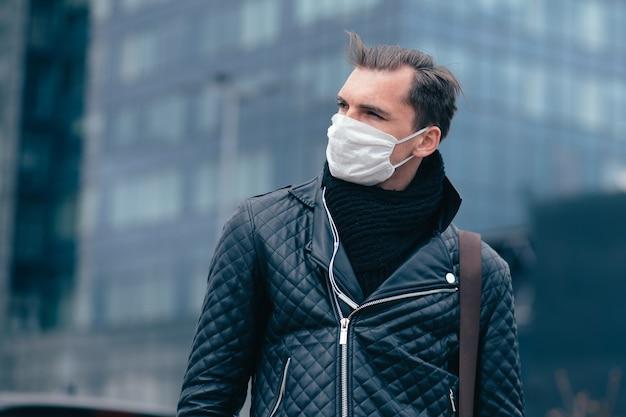 Nahansicht. mann in der schutzmaske schaut zuversichtlich nach vorne.