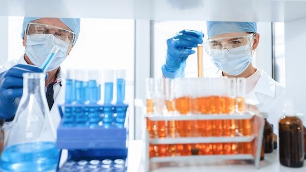 Nahansicht. reagenzgläser auf dem tisch im biochemischen labor. wissenschaft und gesundheit.