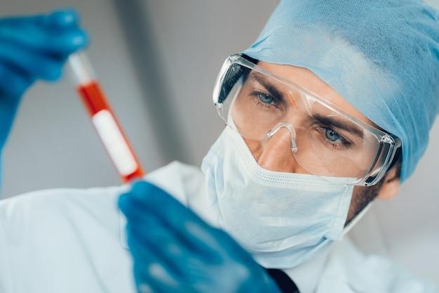 Nahansicht. reagenzglas in den händen eines laborassistenten. wissenschaft und gesundheit.