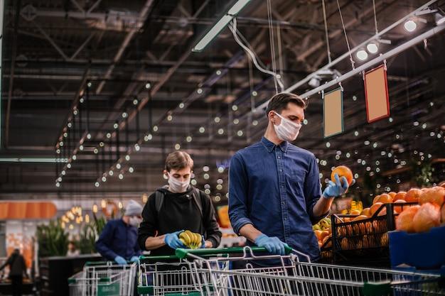 Nahansicht. viele orangen im supermarktregal
