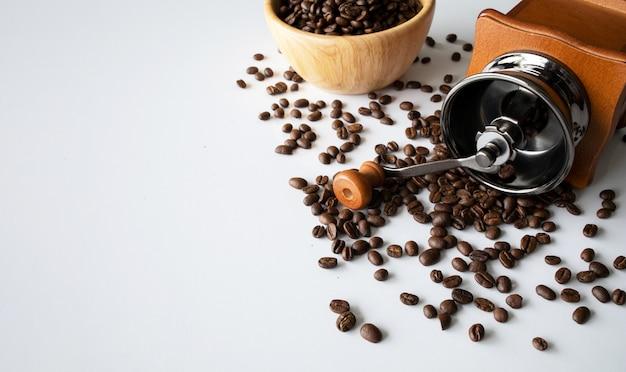 Nahansicht von kaffeebohnen und mühle