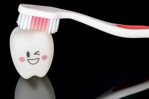 Nahansicht; zahnmedizinische werkzeuge und lächelnzahnmodell