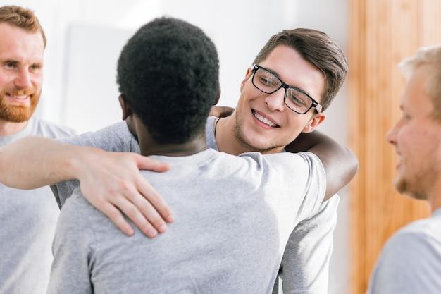 Nahansicht. zwei glückliche studentenfreunde, die sich umarmen