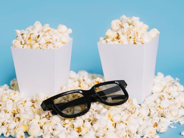 Nahaufnahme 3d gläser mit gesalzenem popcorn