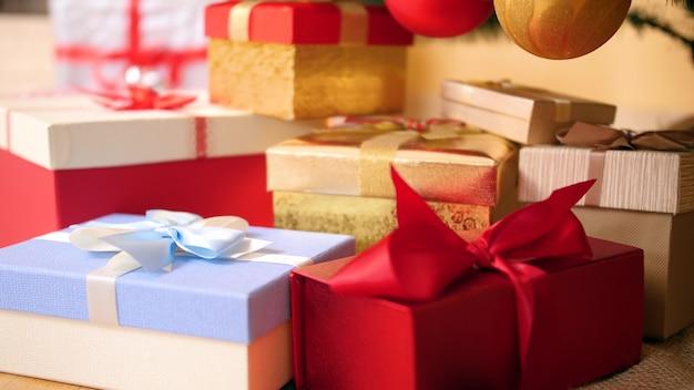 Nahaufnahme 4k filmmaterial von vielen bunten kisten mit geschenken und geschenken verziert mit bändern und schleifen. perfekte aufnahme für ihren winterurlaub und ihre feiern