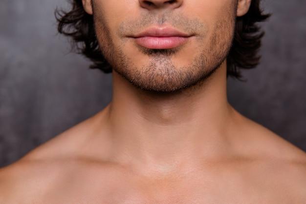 Nahaufnahme abgeschnittener schuss von nackten heißen kerlen borstenkinn