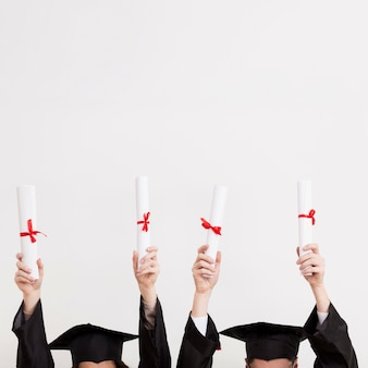 Nahaufnahme absolventen mit diplomen