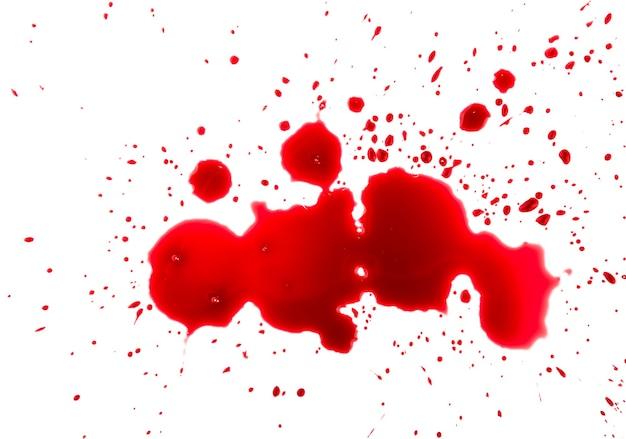 Nahaufnahme abstrakte nasse rotweinflecken und kleckstropfen isoliert auf weißem hintergrund