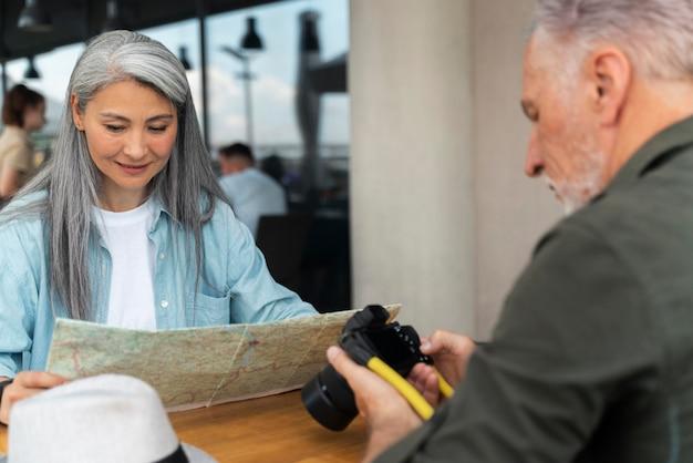 Nahaufnahme älterer mann mit kamera Kostenlose Fotos
