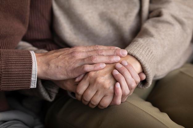 Nahaufnahme älteres paar, das hände hält
