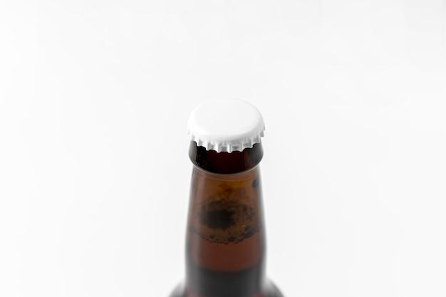 Nahaufnahme alkoholflasche mit leerem verschluss