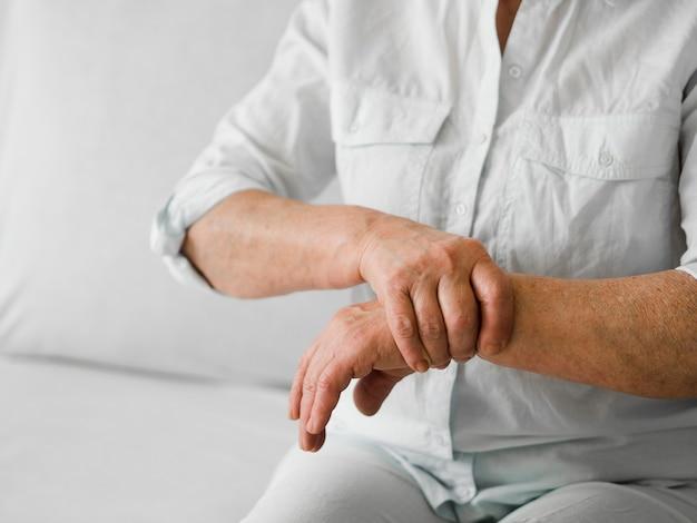 Nahaufnahme alter patient mit schmerzen