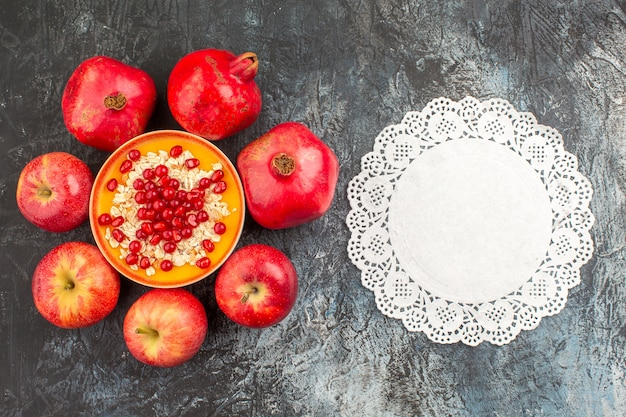 Nahaufnahme ansicht granatäpfel äpfel granatäpfel haferflocken spitze deckchen