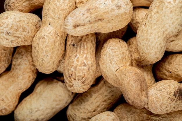 Nahaufnahme ansicht von erdnüssen im schalenhintergrund von erdnüssen