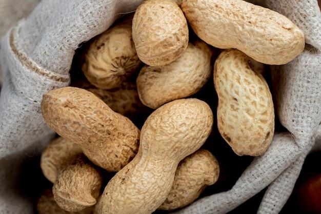 Nahaufnahme ansicht von erdnüssen in der schale in einem sack