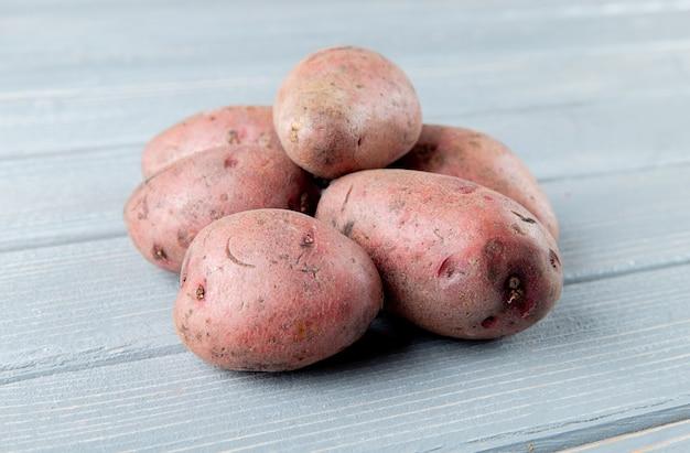 Nahaufnahme ansicht von kartoffeln auf hölzernem hintergrund mit kopienraum 2
