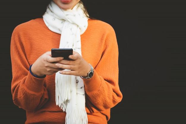 Nahaufnahme-asien-frau, die smartphone verwendet