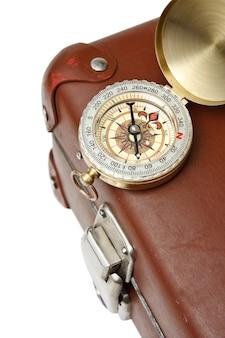 Nahaufnahme auf alten alten koffer und kompass isoliert