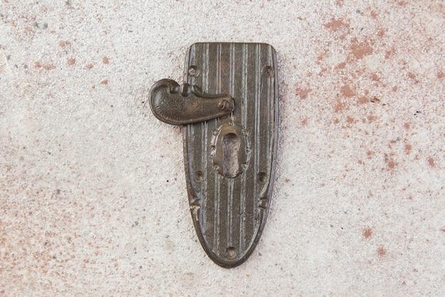 Nahaufnahme auf antikem messingschlüssellochschloss
