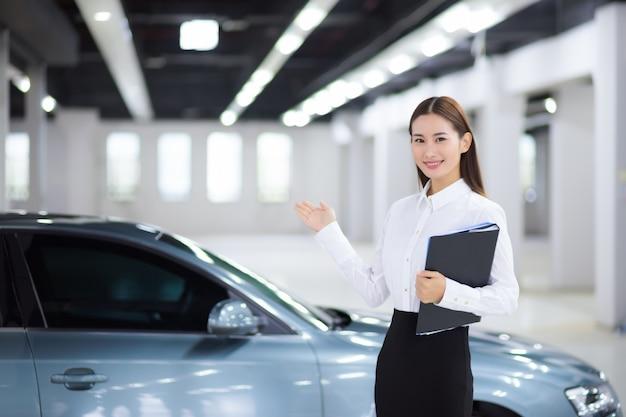 Nahaufnahme auf asiatische verkäuferin im autoverkauf