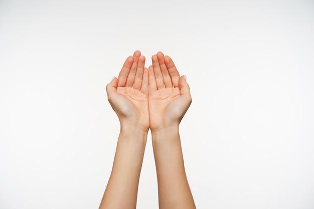 Nahaufnahme auf attraktiven hellhäutigen händen der jungen frau, die zusammen gestikulieren bildet