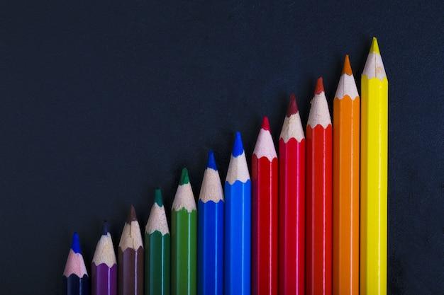 Nahaufnahme auf buntstiften in form der grafik
