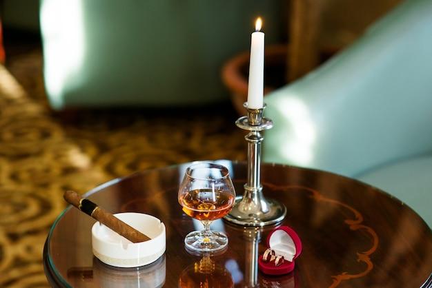 Nahaufnahme auf cognac und zigarre