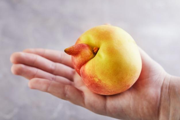 Nahaufnahme auf deformiertem und unvollkommenem pfirsich