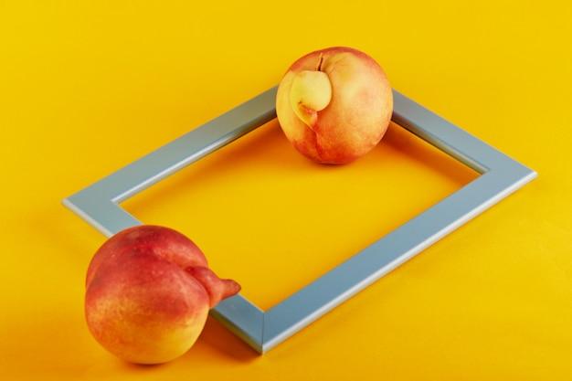 Nahaufnahme auf deformierten und unvollkommenen pfirsichen mit rahmen