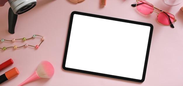 Nahaufnahme auf digitalem gerät mit leerem bildschirm
