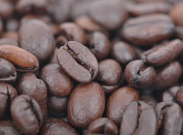 Nahaufnahme auf einer kaffeebohne unter anderen bohnen