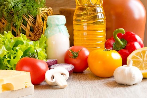 Nahaufnahme auf einer reihe von lebensmitteln gemüse obst auf dem tisch