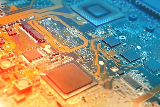 Nahaufnahme auf elektronischem brett in der hardware-werkstatt