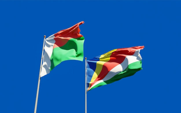 Nahaufnahme auf flaggen von madagaskar und seychellen