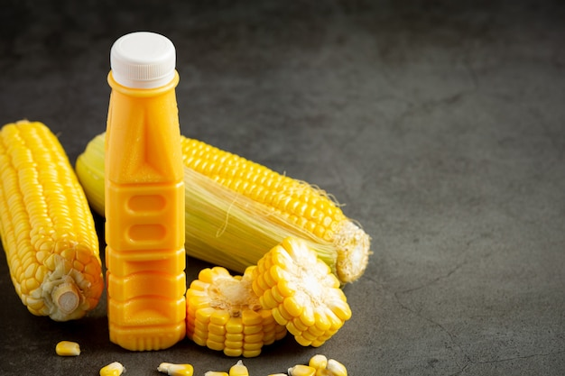 Nahaufnahme auf flasche maissaft bereit zu essen