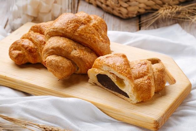 Nahaufnahme auf französischem croissant mit schokoladenfüllung