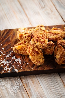 Nahaufnahme auf frittierten hühnerflügeln mit ketchup
