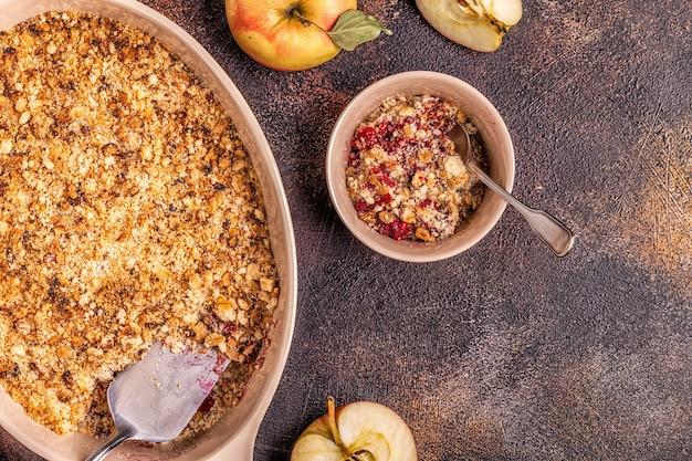 Nahaufnahme auf gekochtem apfelstreusel mit äpfeln