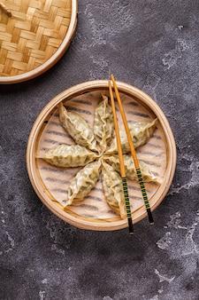 Nahaufnahme auf gekochtem gyoza-knödelsnack