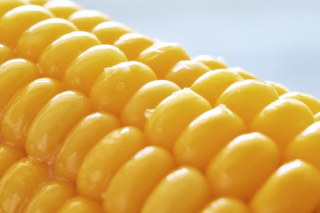Nahaufnahme auf geölten maiskörnern