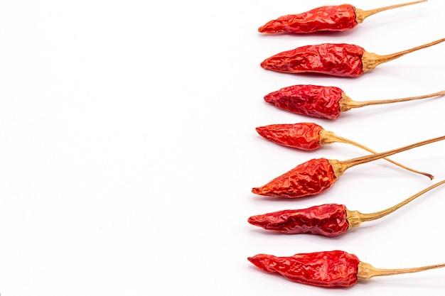 Nahaufnahme auf getrocknetem rotem chili-pfeffer-isolat