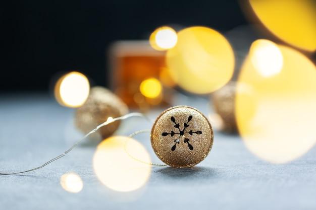 Nahaufnahme auf gold metal jingle bell auf dem tisch
