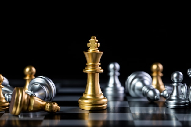 Nahaufnahme auf gold- und silberschachfiguren