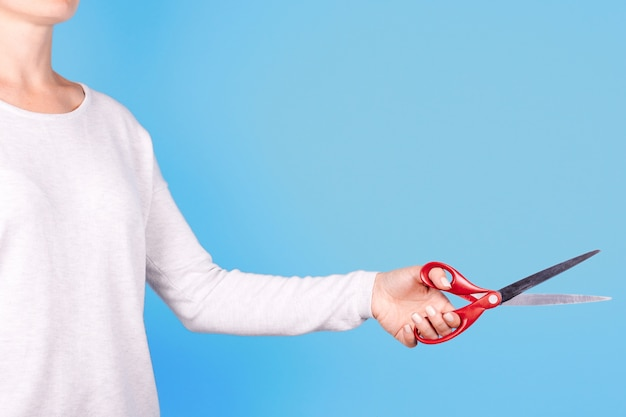 Nahaufnahme auf hand mit roter schere isoliert