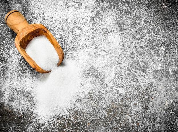 Nahaufnahme auf holzschaufel mit zucker