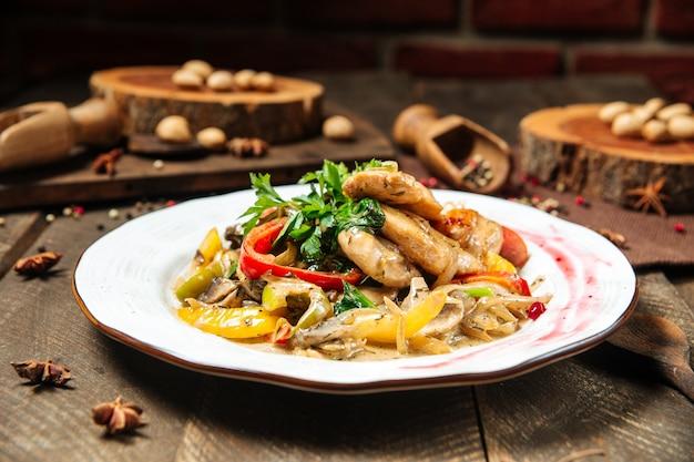 Nahaufnahme auf hühnerbrust mit pilzsauce und gemüse